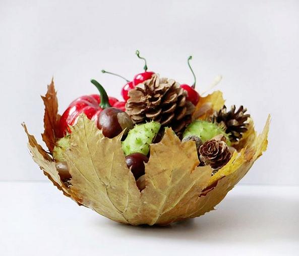 ОСЕННИЕ ПОДЕЛКИ. ПОДЕЛКИ ИЗ ЛИСТЬЕВ. Вазочка из осенних листьев. Мы делали две вазы, с первой поторопились и уже через сутки лопнули шарик, в результате чего наша ваза схлопнулась. Поэтому