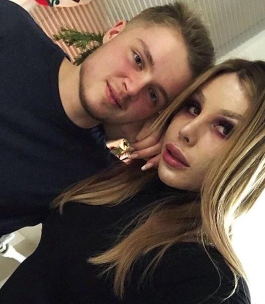 Вот так выглядит пара трансгендеров из Казани Год назад они поженились. Сам жених родился женщиной, а невестка -