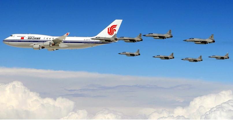 Борт номер 1 КНР в сопровождении истребителей