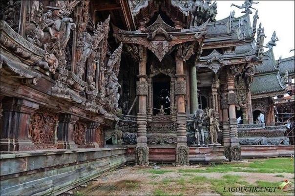 Однажды у тайского миллионера Лека Вирийапхана тяжело заболела жена. Ему предсказали, что он должен начать строить храм. Пока будет идти строительство, его жена будет жива. В 1981 году