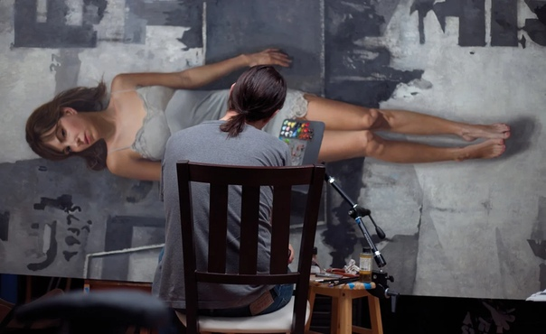 Новое веяние в уличную живопись легкой рукой внес Дэвид Джон Кассан Он столь точно и тонко изображает людей в натуральную величину, что хочется подойти к портрету и задать вопрос. Только Кассану
