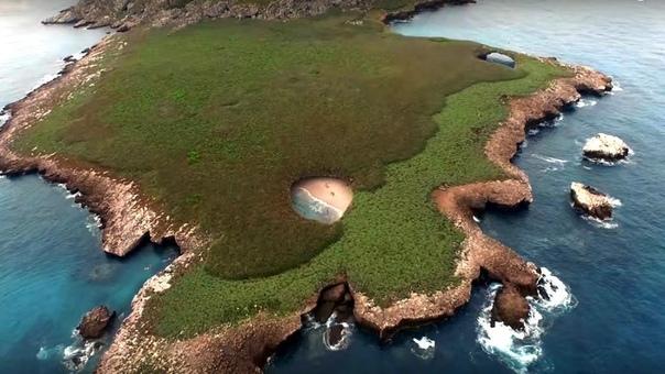 Остров Мариета, «Скрытый пляж», Мексика Нерукотворные достопримечательности Мексики заставляют восхититься мастерством матушки-природы, создающей потрясающие памятники. В стране существует
