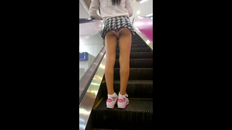 ролики задирают юбки на эскалаторе метро парень