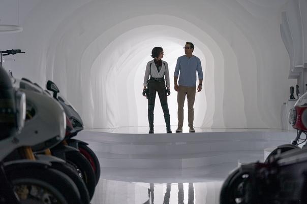 Райан Рейнольдс и Джоди Комер на новых кадрах комедии «Главный герой» В кино с 10 декабря.