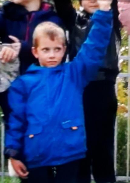 Нашли пропавшего Савелия Роговцева живым! 28 сентября мужчина 1994 года рождения на автомобиле приехал в деревню Горки. Увидев около пруда мальчика, он остановился и начал с ним беседу, после