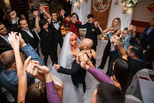 Мужчина женился на кукле! Житель Казахстана взял в жены куклу, предназначенную для интимных утех. По его словам, Марго (так зовут куклу) - идеальная жена: никогда не болит голова, всегда на все