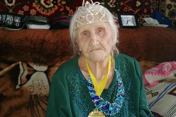 101-летняя бабушка из Сибири, не знала о существовании коронавируса, переболела и победила его Пенсионерка Вера Георгиевна живет совсем одна. Даже в свои 100 - обычно бодрая и жизнерадостная. А