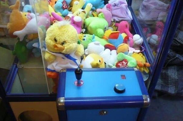 В Кемеровской области мужчина поиграл в автомат с мягкими игрушками Удача ему не улыбнулась и после 15 неудачных попыток он сдался. Спустя некоторое время, он вернулся и взломал автомат, после