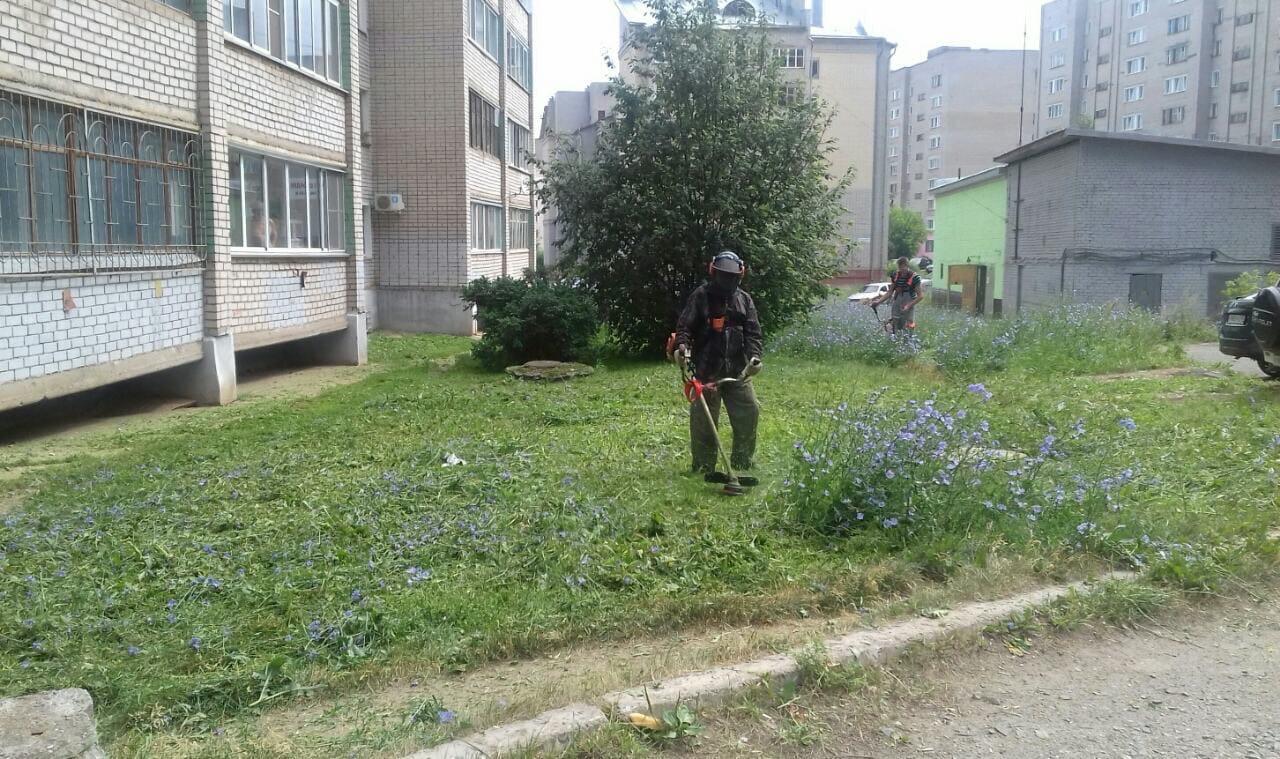 Ул. А. Упита, 8. Кошение газонов.