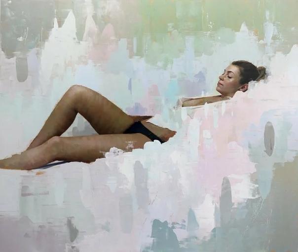 «Иллюзии реальности» точно описывают эстетику живописи Алпая Эфе, как отдельных панно, так и его работ в целом Его студия сцена для всех картин, ни одна из которых не была создана за пределами