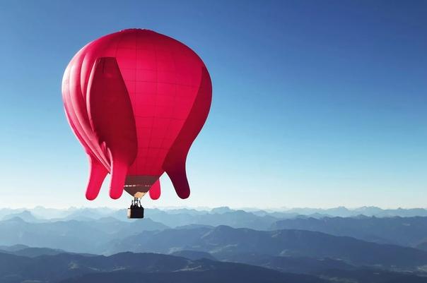 Австрийская художница Барбара Анна Хузар поднялась в небо Вены на воздушном шаре в форме вымени Летающий объект объемом 3500 куб. метров сама Хузар называет «социальной скульптурой».«Летающейй