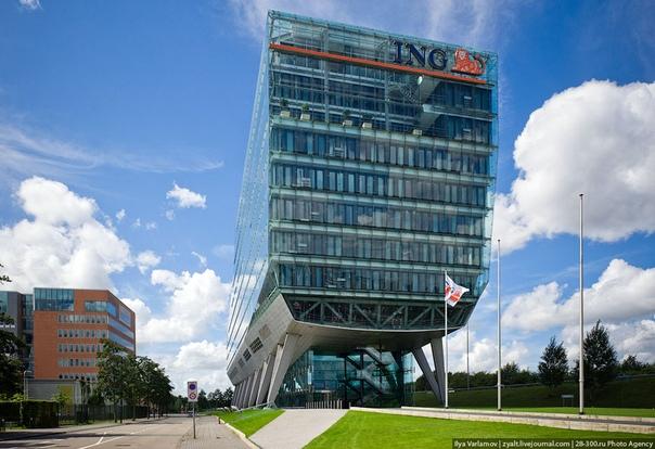 Штаб-квартира ING в Амстердаме Здание штаб-квартиры одной из крупнейших финансовых корпораций мира ING Group. Это грандиозное сооружение из стекла и стали, поддерживаемое 12-метровыми сваями,