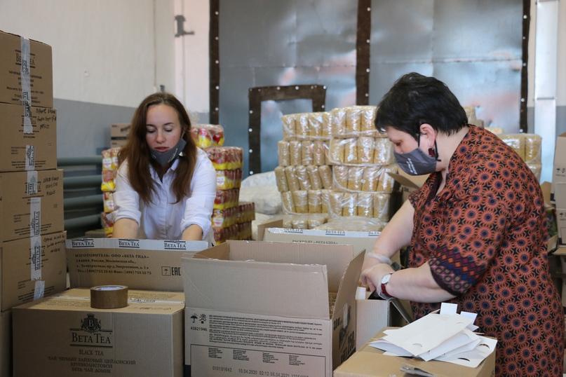 Светлана Маковецкая и Алина Гневашева на продуктовом складе